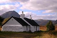 Maison traditionnelle des pays de l'Est, chaulée à la Chaux