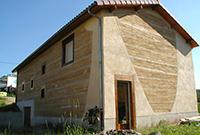 Construction et façade travaillée en pisé et à la Chaux