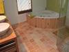 Pose, scellement et jointoiement de tomettes à la Chaux dans une pièce humide
