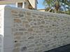 Muret décoré en  maçonnerie de moellons du pays, trompe-œil réalisé grâce à la Chaux, malléable et façonnable