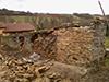 Rénovation traditionnelle et complète d'un ancien mur de moellons monté à l'époque à la Chaux, mais qui fut recouvert d'enduit de ciment, qui a accéléré la dislocation des pierres et donc leurs effondrements progressifs