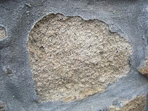 Souvent le ciment est utilisé comme jointoiement, une erreur désastreuse pour la pierre qui se délite ou se descelle