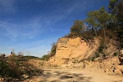 Front de taille, on peut y apercevoir les strates de calcaire marneux