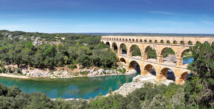 Le célèbre Pont du Gard bâti au 1er siècle, chef-d'œuvre d'ingénierie romaine témoignant de leur extraordinaire maîtrise des procédés de construction, la pente moyenne observée est de seulement 24,8 cm par km…